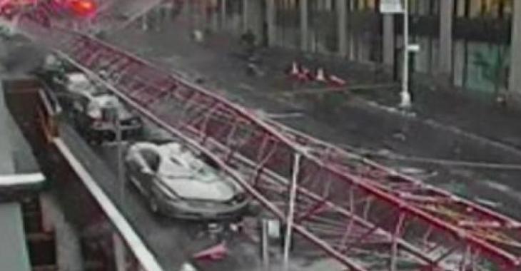 Un homme filme en direct l'écrasement d'une grue qui a fait un mort et plusieurs blessés à New York.