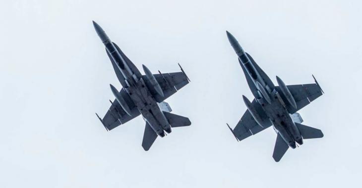 Deux chasseurs CF-18 survolent Montréal