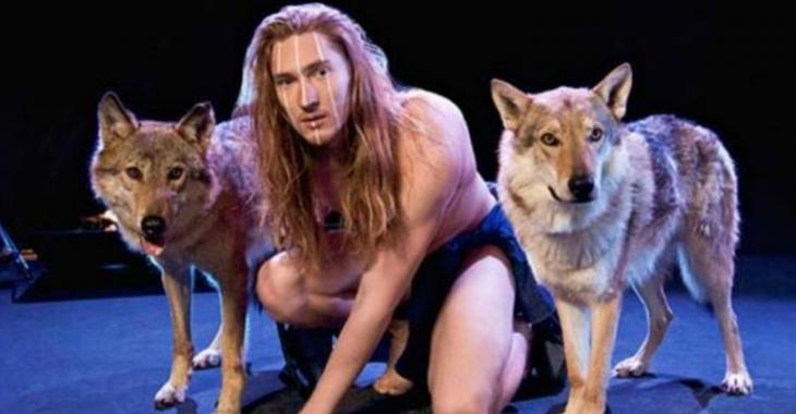 Nu et accompagné d'une louve, ce chanteur est le concurrent le plus étrange de l'Eurovision !