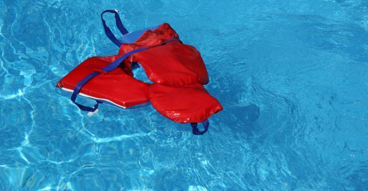 Un jeune homme retrouvé inconscient dans une piscine