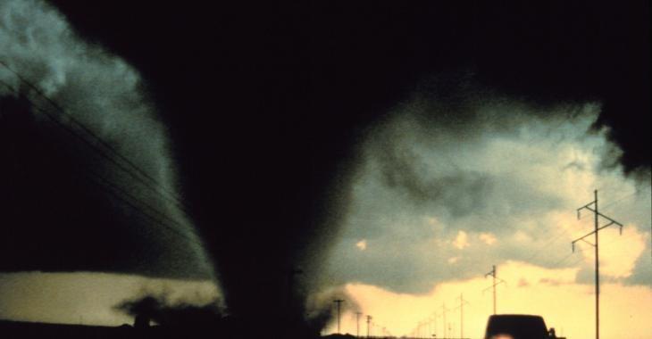 Météo | Une violente tornade au beau milieu d'un ouragan fait des dégâts énormes