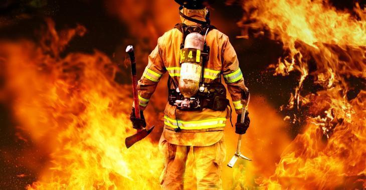 Un garage ravagé dans un violent incendie