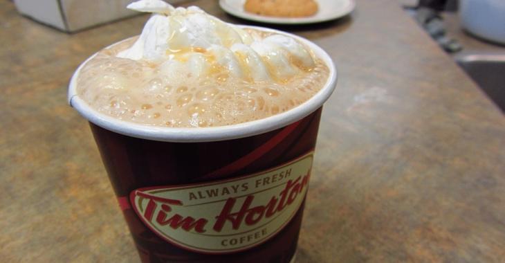Au Tim Hortons, il boit son café, quand il fait une macabre découverte...