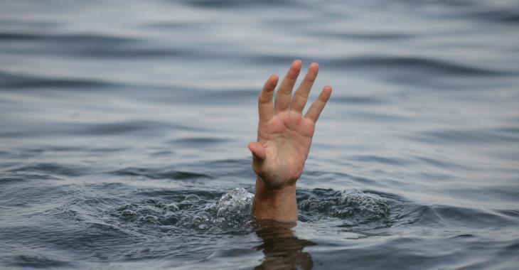 Une femme est emportée par le courant d'une rivière