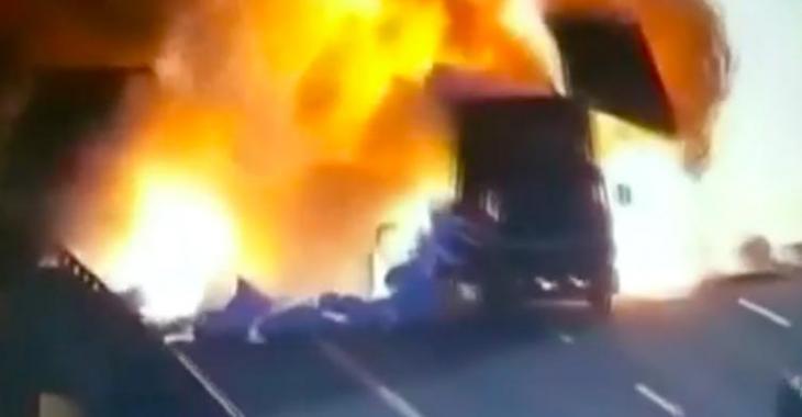 Vidéo | Deux camions provoquent une énorme explosion