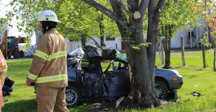 Accident | Une voiture entre en collision contre un arbre