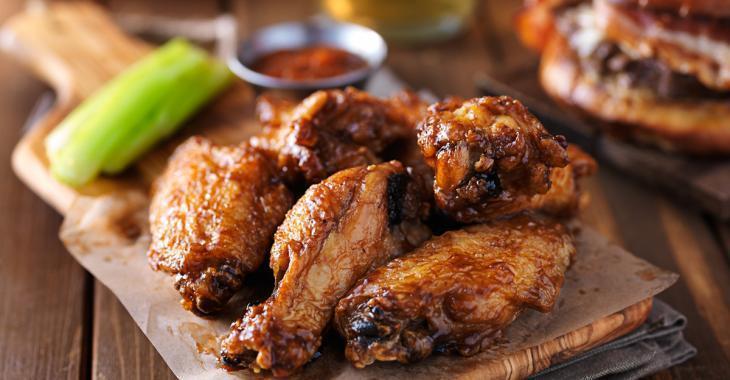 Un restaurant vous permet de manger des ailes de poulet à volonté!