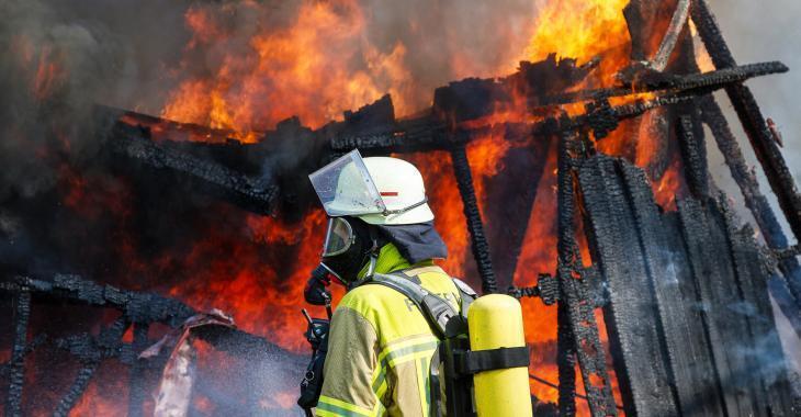 Un homme lutte pour sa vie à la suite d'un incendie