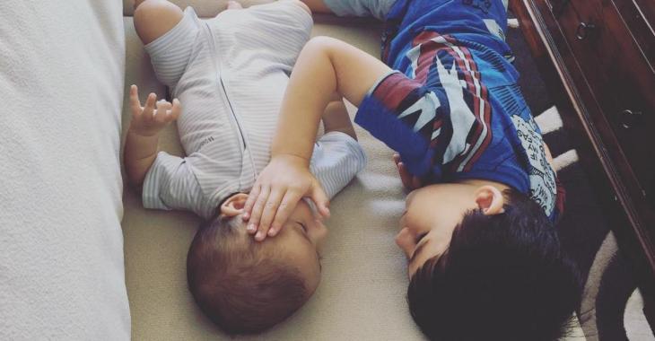 Un bébé en phase terminale rassuré par son frère de trois ans