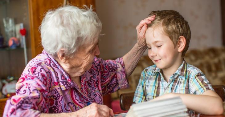Une grand-mère invite le mauvais petit-fils chez elle...