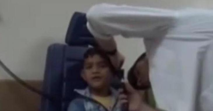 Ce petit garçon avait mal à l'oreille, et ce que le médecin trouve à l'intérieur est dégoutant.