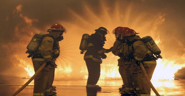 Un incendie fait rage dans une clinique médicale