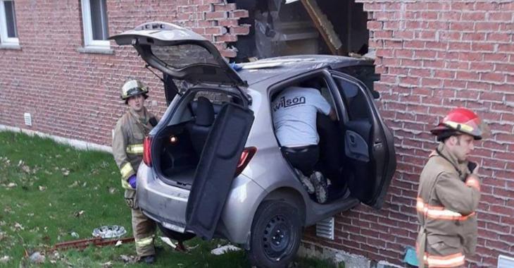 ACCIDENT | Une voiture fonce dans un immeuble