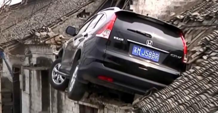 Vidéo – Un spectaculaire accident conduit ce VUS directement sur le toit d'une maison !