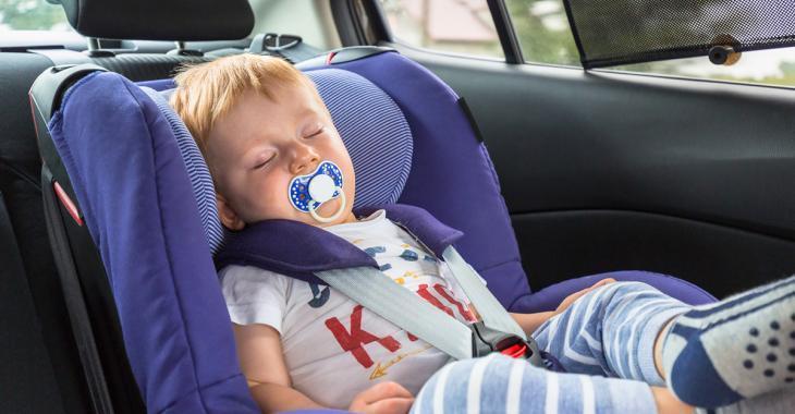 Bébé laissé TOUT SEUL dans la voiture