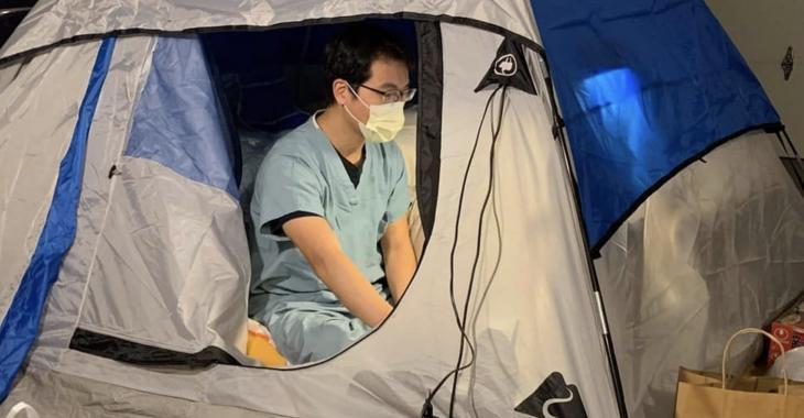 """Un docteur """"déménage"""" dans une tente dans le garage pour protéger sa famille du coronavirus."""