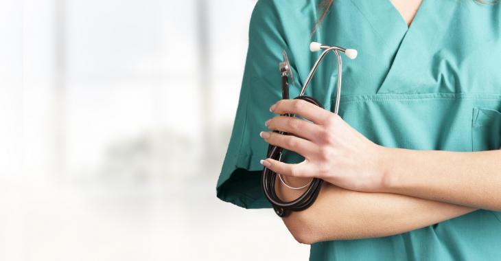 Une infirmière travaille plusieurs jours en ignorant qu'elle était infectée à la COVID-19