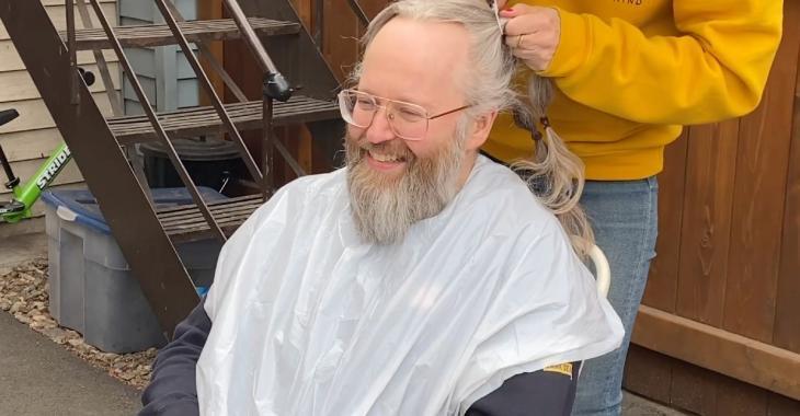 François Bellefeuille en tabarn*k après le coronavirus se rase la tête dans sa cour