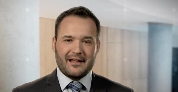 Mathieu Lacombe, le ministre de la Famille, encourage les parents à faire garder leurs enfants à la maison.