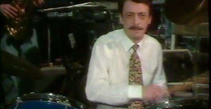 Jean-Luc Mongrain surprend tout le monde avec une vieille vidéo de lui qui joue du drum.