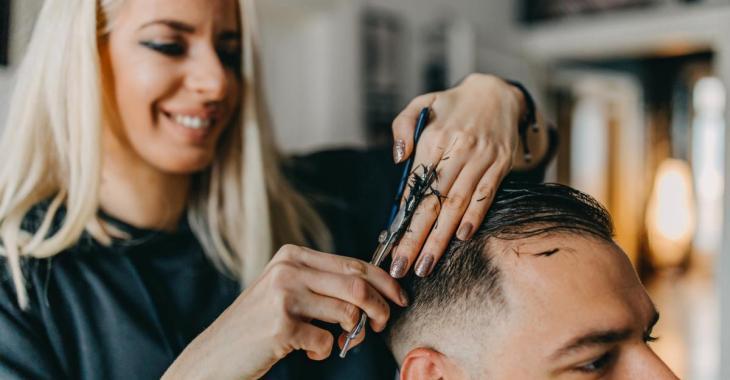 Il faudra faire preuve de patience avant d'avoir un rendez-vous au salon de coiffure.