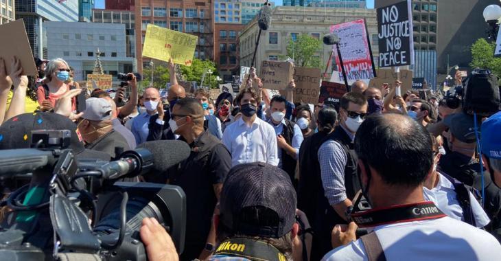 Le premier ministre canadien Justin Trudeau prend part à une manifestation contre le racisme