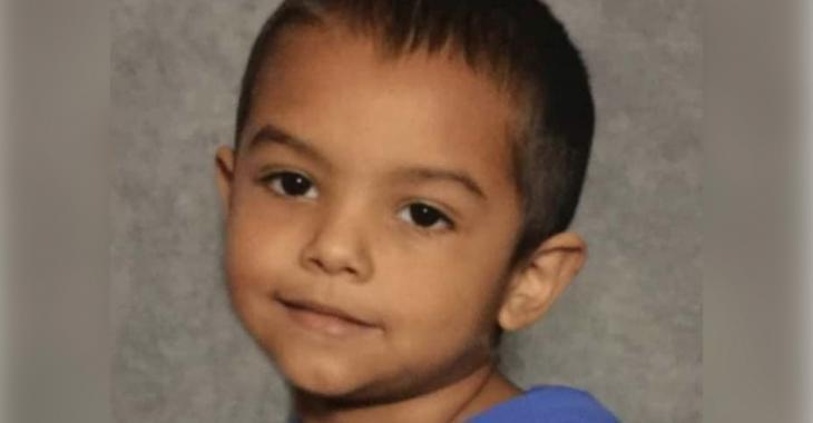 Des parents et une grand-mère sont arrêtés suite à la mort d'un garçon de 6 ans qui ne pesait que 8 kilos.