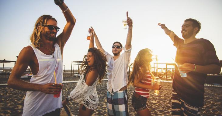 COVID-19: Au moins 17 adolescents testés positifs après un séjour à la plage
