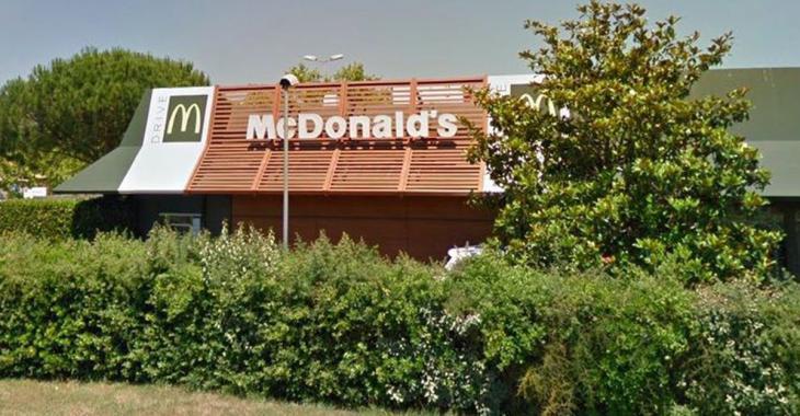 Une quinzaine de clients refusant de porter un masque frappent deux employés d'un McDonald's
