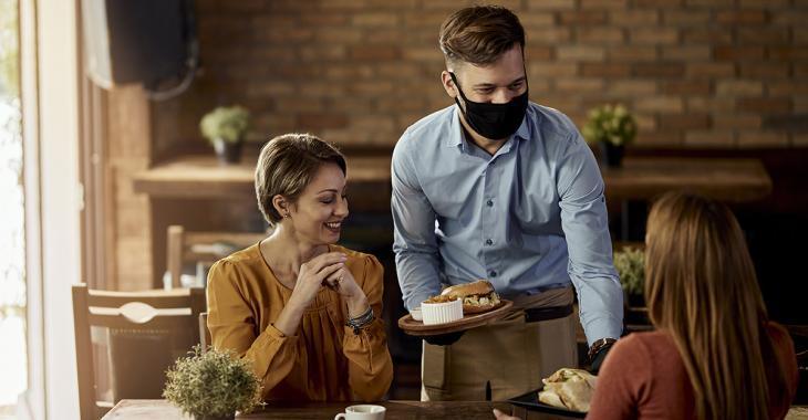 Des restaurants du Québec chargent des «frais COVID» aux clients
