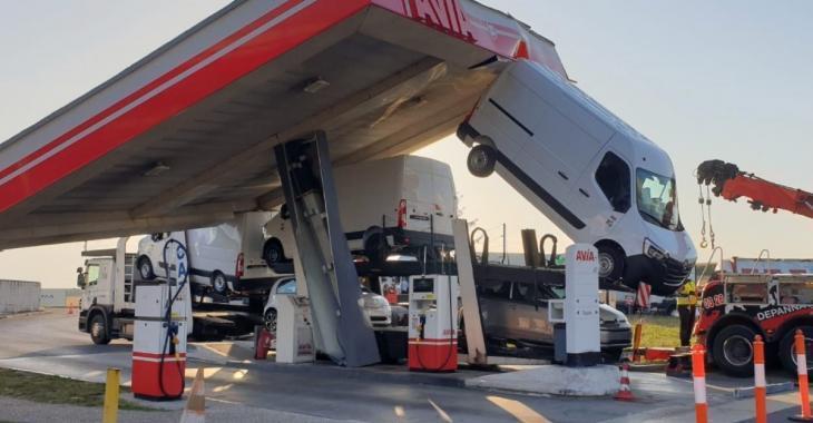 Un poids lourd arrache le toit d'une station-service sur l'autoroute