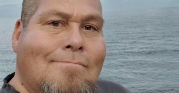 Il avertit ses amis sur Facebook de ne pas faire comme lui en ne portant pas un masque. Le lendemain, il est mort de la COVID-19.