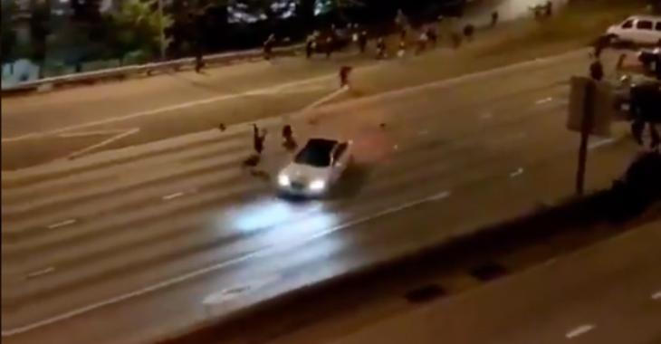 Deux manifestantes se font violemment renverser par une voiture sur l'autoroute