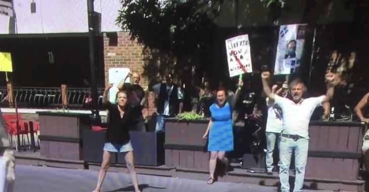 Une femme en furie contre le port du masque obligatoire fait des doigts d'honneur à TVA