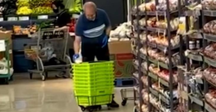 Un employé d'un supermarché utilise son crachat pour nettoyer les paniers