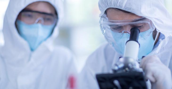 La COVID-19, un virus futé qui «frappe une molécule qui nous protège»