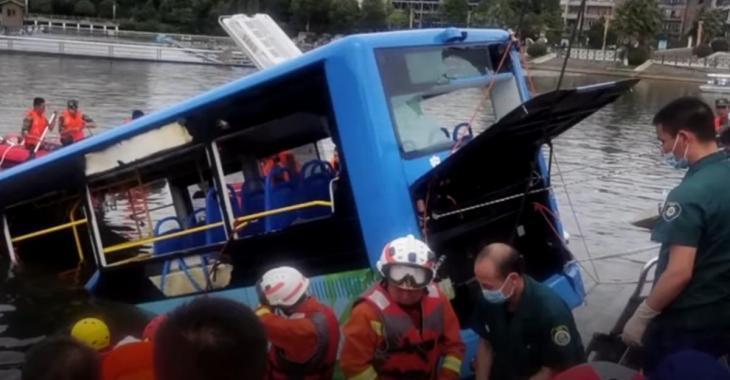 Un chauffeur de bus «mécontent de sa vie» fonce dans un lac et tue 21 passagers