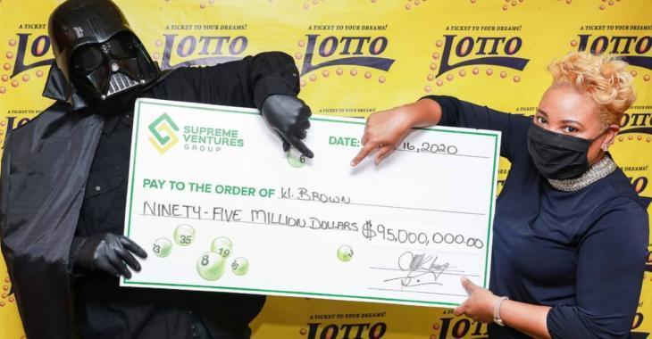 Il remporte 95 M$ à la loterie et va chercher son prix déguisé en Darth Vader