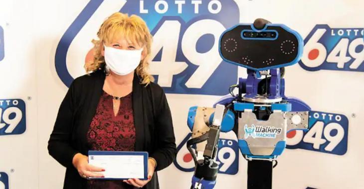 Une gagnante du Lotto 6/49 se fait remettre son chèque par un robot!