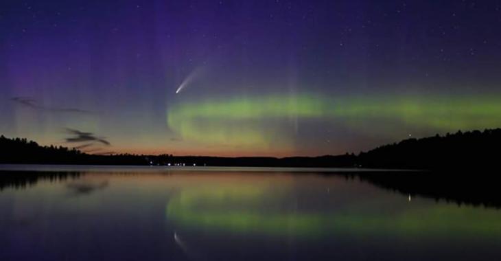 «C'est la photo de ma vie»: une Canadienne réussit à prendre une photo d'une comète en même temps qu'une aurore boréale