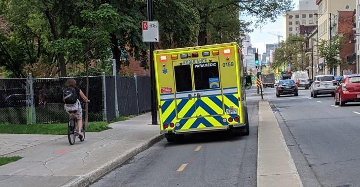 Un citoyen frustré qu'une ambulance se stationne sur une piste cyclable pour venir en aide