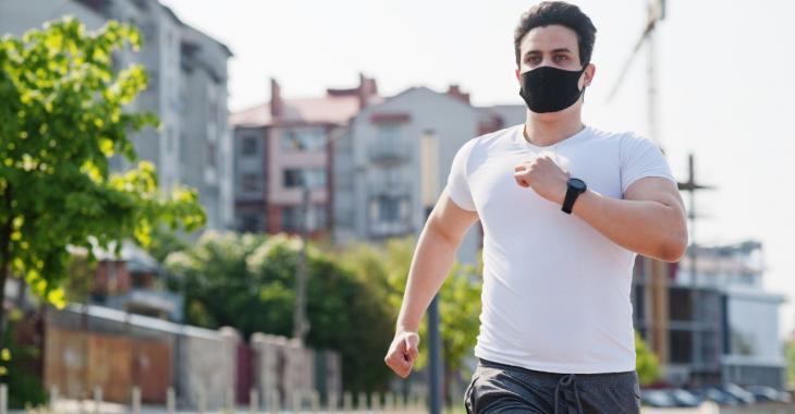 Un médecin court 35 km avec un masque pour montrer qu'il peut encore respirer même en le portant