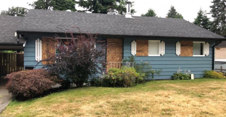 Une mère monoparentale en retard sur le loyer découvre que son proprio a enlevé les portes et fenêtres de sa maison