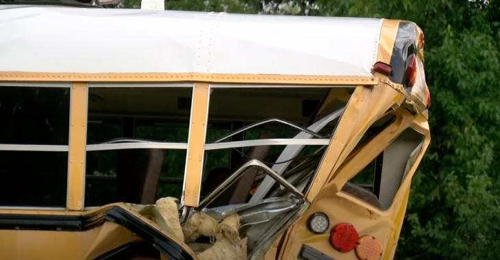 Un jeune de 25 ans meurt en sauvant des enfants d'un accident d'autobus scolaire