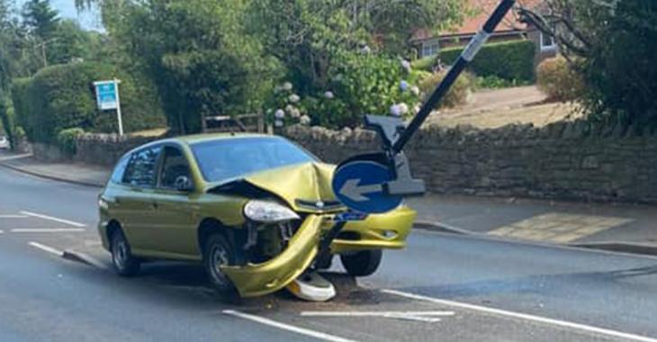 Il fonce dans un panneau de signalisation après avoir vu une grosse araignée dans sa voiture