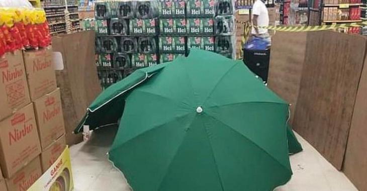 Un employé meurt à son travail, mais ses collègues le cachent avec des parasols au lieu de fermer le supermarché.