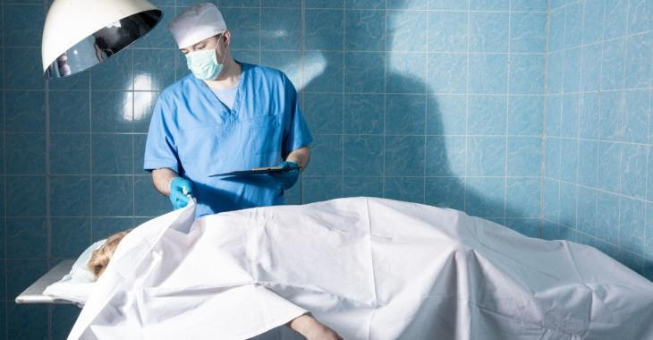 Une femme déclarée morte se réveille à la morgue