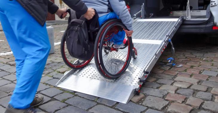 Un service de transport adapté laisse un garçon handicapé devant la mauvaise résidence.