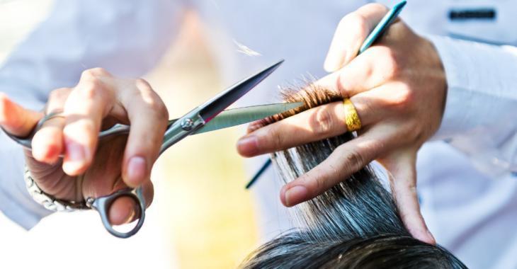 Un coiffeur envoie son client à l'hôpital en mettant le feu à ses cheveux