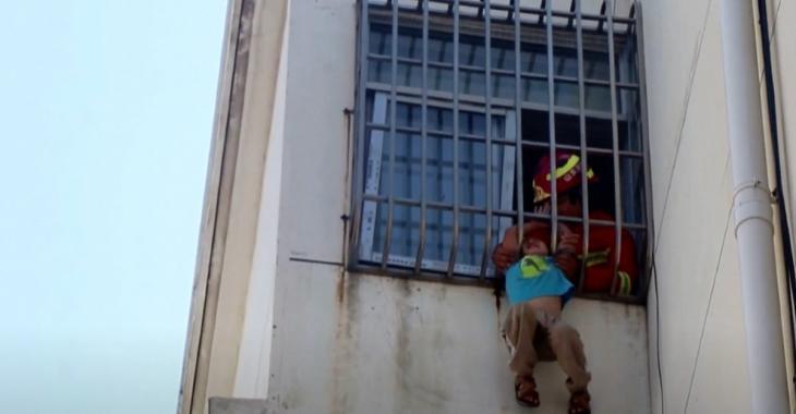 Un garçon de 6 ans suspendu dans le vide après s'être coincé la tête entre des barreaux est sauvé au tout dernier moment